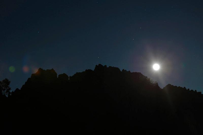 Месечината над маркерот за минимална деклинација во зима